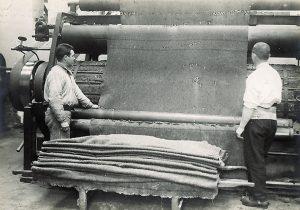 Les activités textiles constituent l'essentiel de l'activité industrielle dans la centrale. Ici production de couvertures en laine pour l'armée, © École nationale d'administration pénitentiaire, fonds Henri Manuel, 1928-1932.