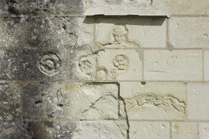 Graffiti de l'homme au chapeau, contrefort sud du réfectoire des moniales, état actuel, © Service Régional de l'Inventaire, Région des Pays de Loire.