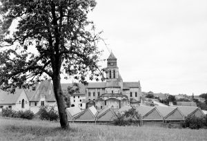 Fig. 1. Une prison, une abbaye, vers1950-1963. Cl. P. Giraud ® Région des Pays de la Loire © CCO.