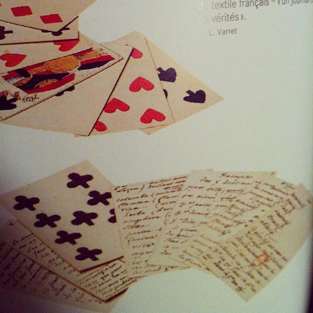 On pense aux brouillons de Rousseau au dos (blanc) de jeux de cartes suisses.