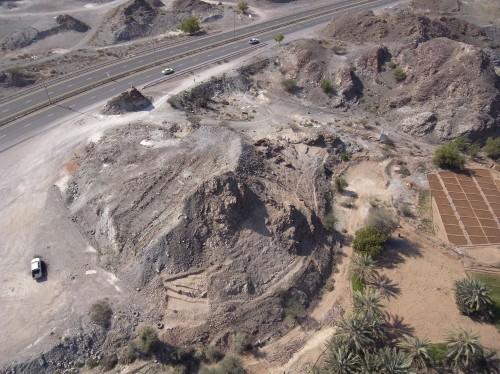 Fig. 9 : Photo sous cerf-volant du monticule de Masafi-5. (Cliché : T. Sagory, Janvier 2012).
