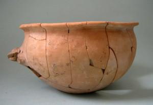 Fig. 12 : bol à tenon du Bronze ancien III en céramique fine (env. 2000 av. J.-C.), hauteur 8 cm, trouvé à Erétrie (© S. Müller Celka).