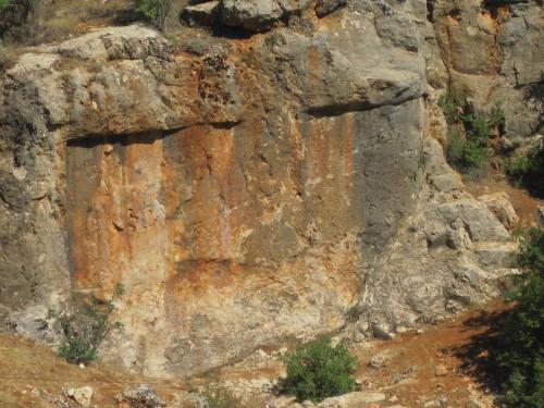 Fig. 2 : inscription paléo-babylonienne et relief du roi Nabuchodonosor.