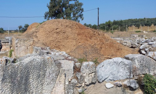 Fig. 4 : massif de terre crue sur un bastion de la Porte Ouest d'Erétrie (2e s. av. J.-C), © S. Müller Celka.
