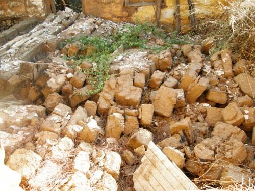Fig. 7 : effondrement d'un mur où étaient juxtaposés différents modules de briques crues (Erétrie, rue Apostoli 25), © S. Müller Celka.