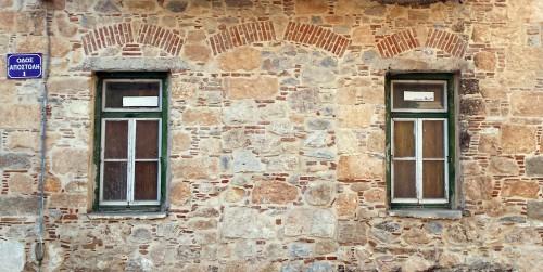 Fig. 9 : façade en pierres et briques cuites, Erétrie, angle du Boulevard Artemidos Amarisias et Apostoli, 19e s., © S. Müller Celka.