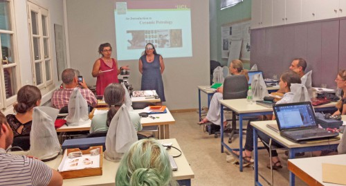 Fig. 3 : Evangelia Kiriatzi (à gauche), directrice du Fitch laboratory,  et Ruth Sidall, professeur de géologie à UCL, les deux formatrices principales du stage de pétrographie.