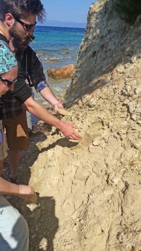Fig. 11-12 : dépôt d'argile blanche sur la côte sud-ouest de l'île d'Egine, en face du site archéologique de Kolona.