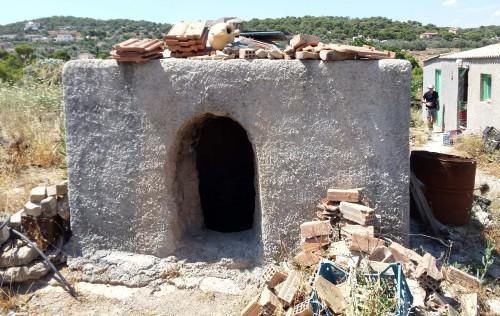 Fig. 17 : le four actuellement utilisé par le potier Nektarios Garis.