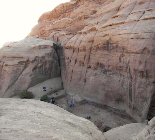 Figure 5 : le réservoir, vu vers l'aval, au début des travaux d'évacuation du colmatage. Les écoulements qui l'alimentent en eau parviennent depuis la chute d'eau située à droite de la photo (cf. figure 6). © N. Jacob-Rousseau, nov. 2010.