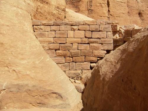 Figure 4 : Le mur externe du barrage. Le couronnement a perdu une assise et l'ensemble du mur présente des marques de déstructuration (horizontalité imparfaite des rangées, béance des joints). © N. Jacob-Rousseau, mai 2011.