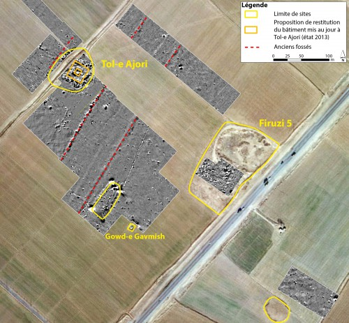 Fig. 7 : carte magnétique obtenue à l'est de Bagh-e Firuzi, autour du site de Tol-e Ajori (plan schématique état 2013), localisation des sites et tracé des fossés détectés (Askari Chaverdi, Callieri, Gondet 2013 : fig. 32).