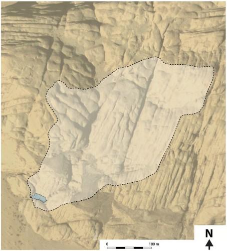 Figure 3 : Estimation de la superficie du bassin versant (en blanc) alimentant le réservoir (en bleu), d'après une image satellitale de Google Earth®, modifiée.