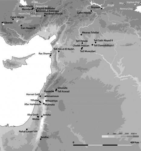 Fig. 1 : carte du Proche-Orient (Ortega et al. 2014 ; carte : L. Teira) illustrant les dépôts d'obsidiennes (points blancs) et les sites PPNB (points noirs). Les coordonnées proviennent du Obsidatabase (Varoutsikos et Chataigner 2012).