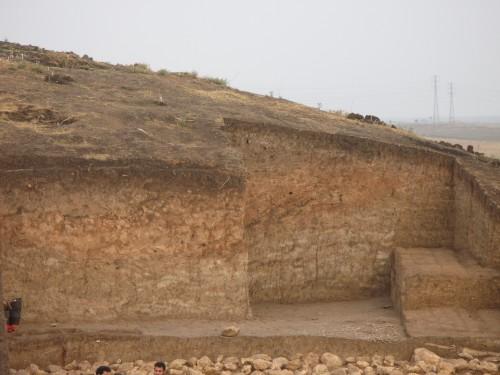 Fig. 7: Mur du bâtiment du chantier A: tous les 60 cm env. était posée une couche de briques crues (Mission du Peramagron).
