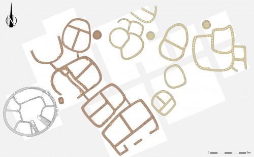 Fig. 9 : Deux groupes de maisons se distinguent à la phase récente (niveau I/E). Les plus proches du bâtiment communautaires sont toutes tripartites, symétriques. Les plus éloignées sont hétéroclites, irrégulières (relevé simplifié E. Régagnon, présentation O. Albdiyat