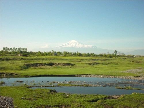 Fig. 5 : View of the Ararat plain from Aratashen, with Mount Ararat in the background (Photo by C. Chataigner).