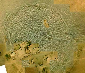 Fig. 3. Carte magnétique du site d'Al-Rawda superposée à une photographie aérienne prise avec un aéromodèle (©Mission archéologique d'Al-Rawda. prospection : S. Gondet ; cliché : O. Barge)