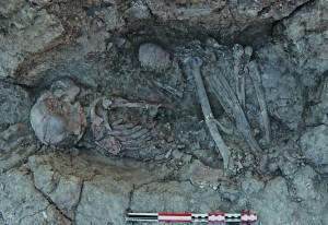 Fig. 5 : La sépulture 796 vue de profil, parallèle au mur. La réduction des corps des sujets 791-H2 et 796-H3 se trouve dans une niche creusée dans cette même section du mur. (photo © R. Khawam).