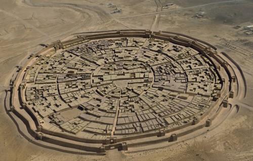 Fig. 2. Hypothèse de restitution de la ville d'Al-Rawda vers 2300 av. J.-C. (Y. Ubelmann) plaquée sur une photographie aérienne (O. Barge) ©Mission archéologique d'Al-Rawda