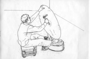 Fig. 2 bis : Ici la petite enclume est visible. On voit les deux appuis indirects du corps du travailleur, qui encadrent l'enclume fixée dans la sol par l'intermédiaire d'un plot en bois.  Dessin de Moheb Nader Chanesaz d'après une photographie d'Ella Dardaillon au Souk al-Nahhasin de Damas (2007).
