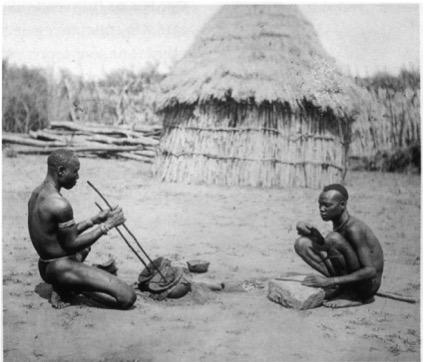 Fig. 6 : Forgerons Bari photographiés entre 1875 et 1879 en Afrique de l'Est. A gauche, action des soufflets et activation du foyer ; à droite percuteur et « enclume », objet à façonner. Photo Richard Buchta (Musée du Quai Branly, https://gradhiva.revues.org/455).