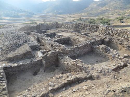 Fig.5 : « Wakarida secteur 3 B. Riba ». Secteur 3. Le plan avec redans et rentrants. Sur les murs extérieurs on remarque les arases de schiste. © B. Riba