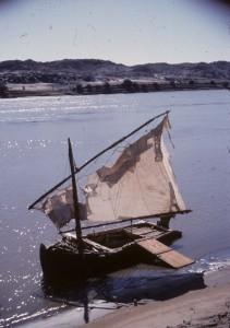 Fig. 4 : Exemple de petite embarcation sommaire pour traverser le fleuve.