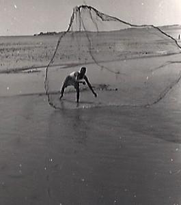 Pécheur à l'épervier dans les eaux du lac Nasser