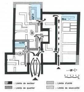 Fig. 7 : Bâtiment principal du complexe de Nirou Hani. Organisation du plan du rez-de-chaussée et sa connexion avec le niveau supérieur au moyen de trois escaliers (en bleu) (© Vasso Fotou).