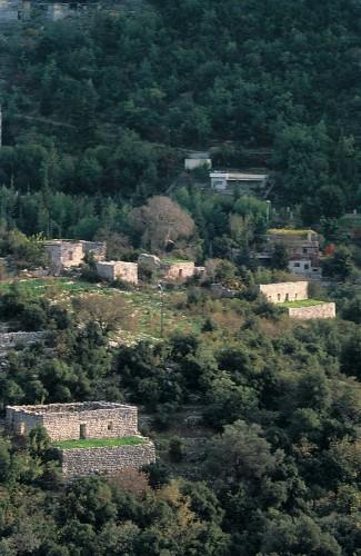 Photo 7 — Un hameau abandonné, héritage de la famine dans le paysage actuel © L. Nordiguian, 2002.