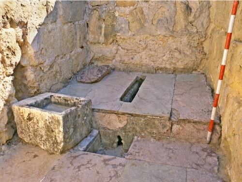 Fig. 2 : Latrine des appartements du calife omeyyade à Madînat al-Zahrâ' (cliché A. Vallejo Triano)
