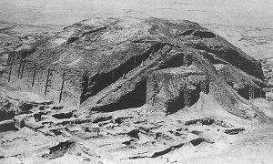 Fig. 4 : La ziggurat d'Ur après la fouille et avant sa restauration (d'après Woolley, 1939, pl. 41).