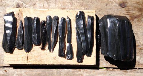 Fig. 4 : Production laminaire d'un débitage expérimental par pression sur obsidienne. Jalès, mai 2016 (M. Al Najjar et M. Kerdy).