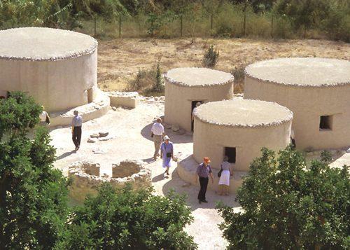Fig. 11 – Khirokitia : réplique grandeur nature de plusieurs maisons néolithiques (Th. Sagory, Mission archéologique de Khirokitia)