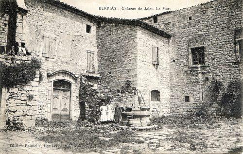 Fig. 2 : Carte postale ancienne représentant la cour du puits (Ed. Balmelle)