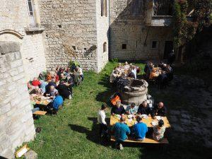 Fig. 6 : Les repas de la rencontre, au soleil, dans la cour de la commanderie (Photo Jean-Pierre Méric)