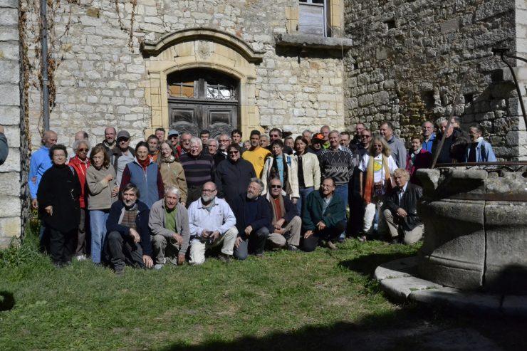Fig. 7 : Les participants devant l'entrée du vestibule de la commanderie. Au premier rang, à gauche, Jacques Chabert et Michel Siffre (photo Françoise Prudhomme).