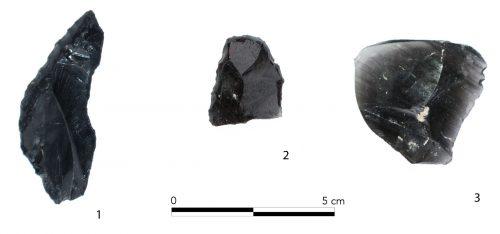 Fig. 14 : Eclats épais. 1 : pièce à large coche latérale et à bord abattu ; 2 : grattoir ; 3 : éclat brut. © Mission Caucase.