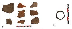 Fig. 5 : Céramiques médiévales (1) et bague en métal (2). © Mission Caucase.
