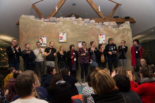 Fig 12 : L'équipe du musée de la Céramique – dont certains ont dormi sur place pendant l'événement ! –, applaudie par ses invités et les applaudissant en retour pour leur engagement et leur créativité.