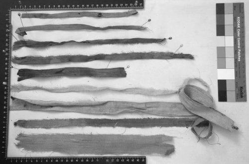 Fig. 4 : Bandelettes traditionnelles en lin et une bandelette chrétienne en coton (la 2e à partir du bas de l'image) © F. Letellier-Willemin