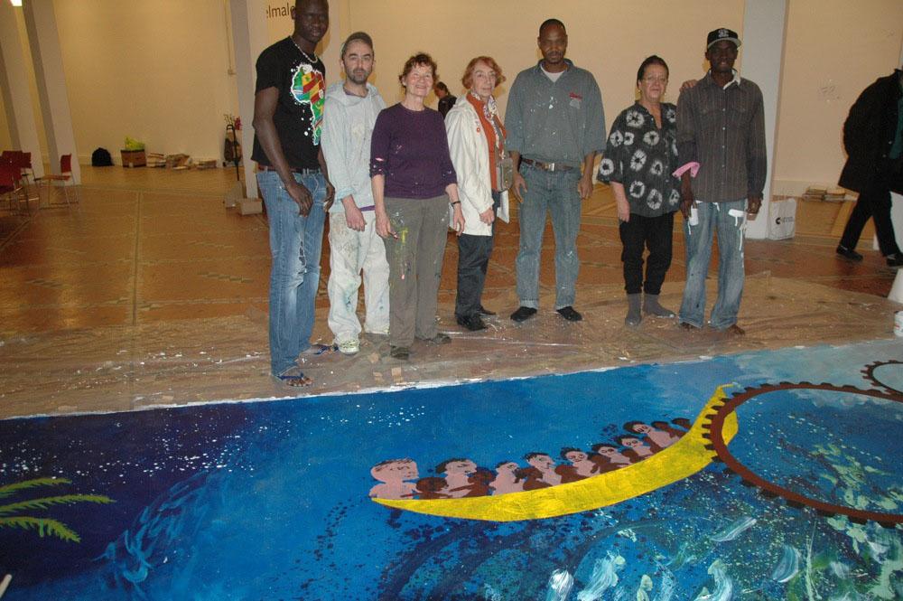 Participants autour de la peinture collective Tounkharaké en cours d'élaboration, novembre 2010. Photo : Georges Châtain