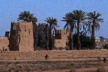 Maisons du village fortifié de Miz'al, bâti en briques d'argile, Arabie Saoudite, région centrale du Najd 1982.