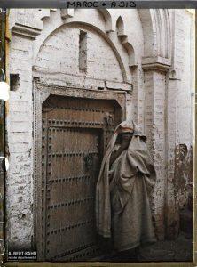 Femme devant une porte cloutée, Marrakech, Maroc, décembre 1912, (Autochrome, 12 x 9 cm), Stéphane Passet, Département des Hauts-de-Seine, musée Albert-Kahn, Archives de la Planète, A 919