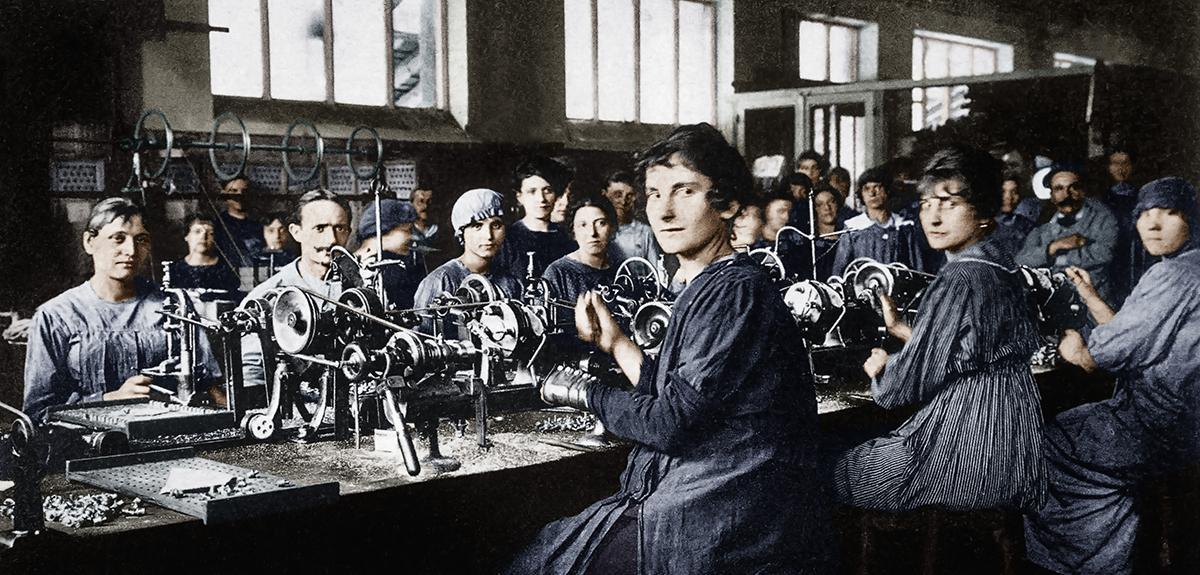 Femmes dans une usine d'armement