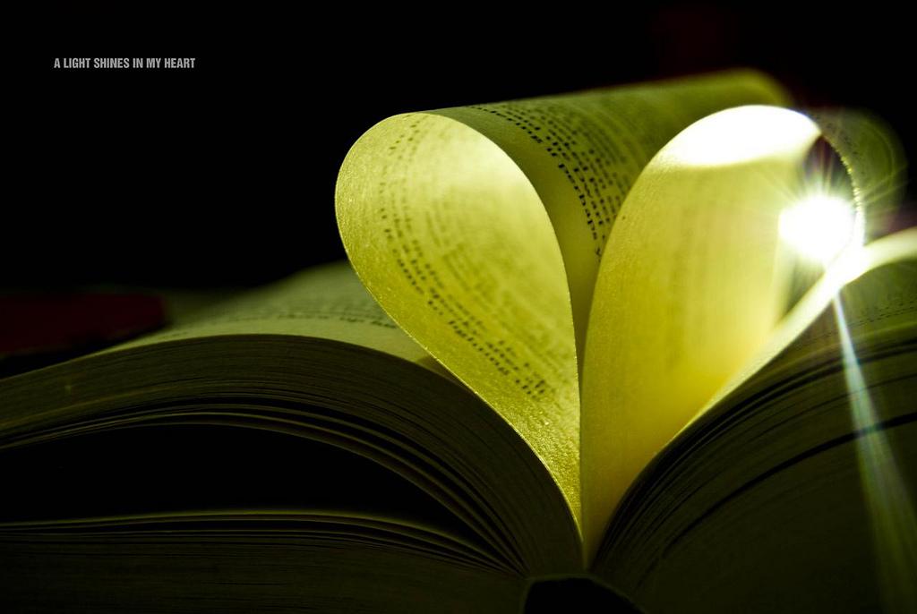Photo d'un livre ouvert, deux pages en forme de coeur, CC by 2.0