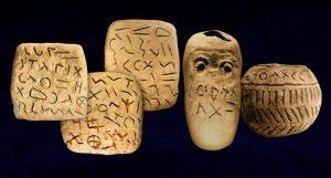 Tablettes et poteries trouvées à Glozel