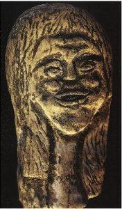 Tête de femme sculptée sur un os