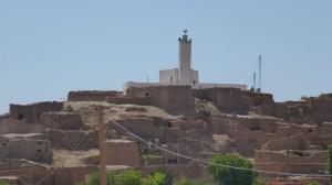 Ghassoul (ksar) appelé aussi le petit Ghardaia. La mosquée chaulée surplombe le ksar © BENKOULA H.